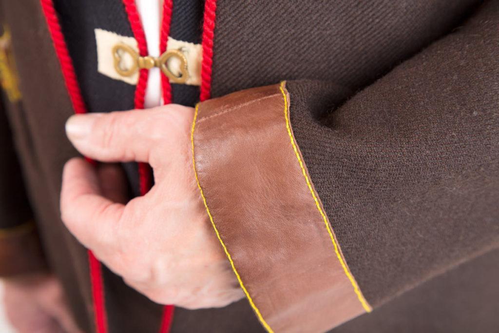 Kaukolan miehen puvun yksityiskohta