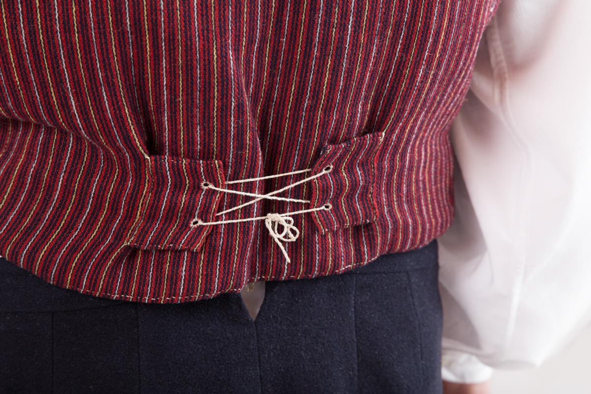Vehkalahden miehen puvun yksityiskohta