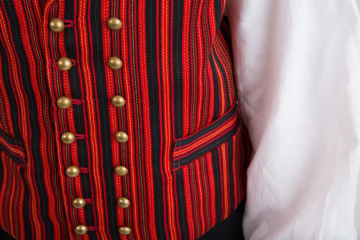 Valkealan miesten puvun yksityiskohta